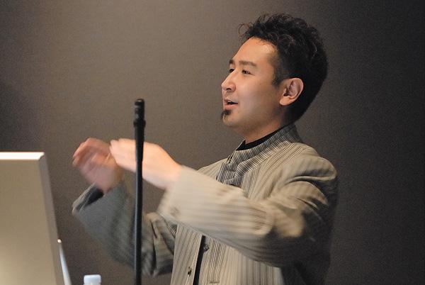 写真:「Internet Explorer 7対策」についてプレゼンする鷹野雅弘